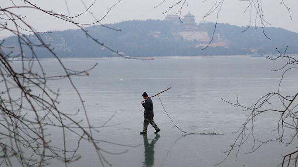 Κίνα: Ψαράς έπεσε σε τρύπα πάγου και γλίτωσε