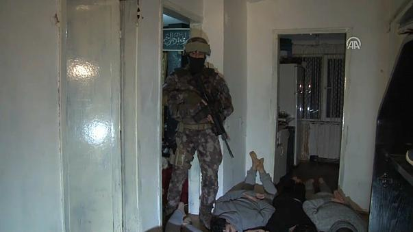 Turkish police carry out raids on ISIL suspects