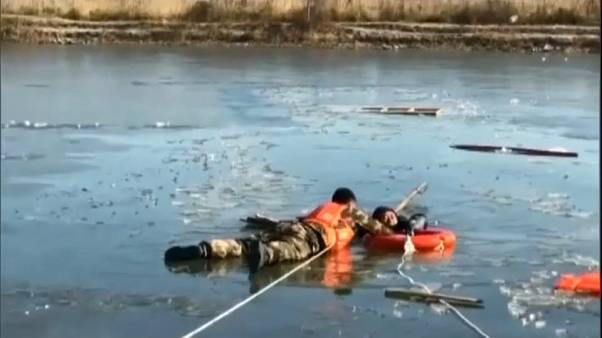 China: Dramatische Rettung aus Eisloch