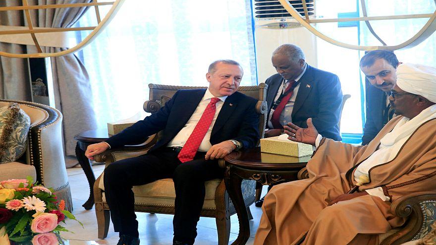 إردوغان يُهدي مصحفا مكتوبا بخط اليد لزوجة حسن ترابي