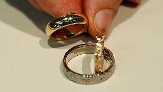صائغ مجوهرات يعرض خواتم زفاف في متجر مجوهرات في العاصمة فيينا