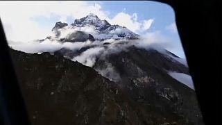 A Himalája egyik csúcsa mentőhelikopterből