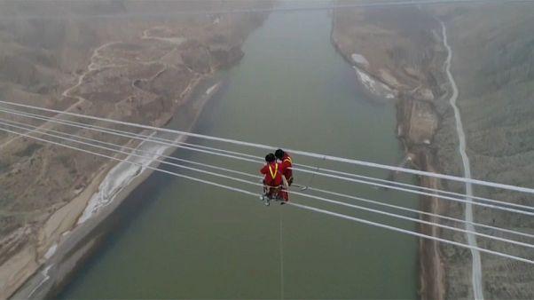 Una línea de alta tensión a 300 metros de altura