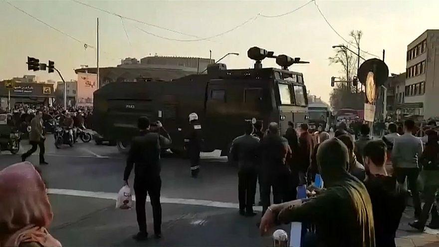 Anti et pro-régime manifestent à Téhéran