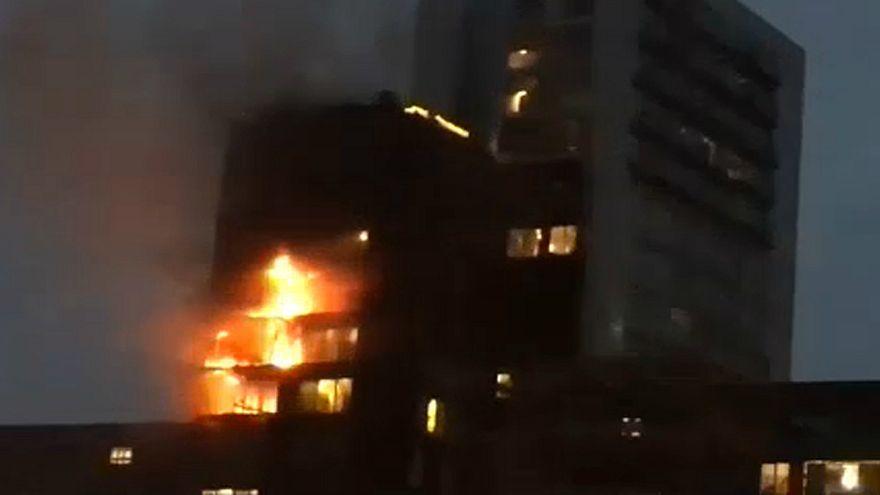 شاهد: حريق هائل يشب في مبنى بمانشستر