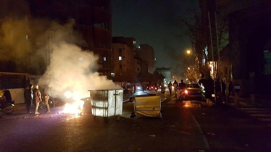 Terceiro dia de protestos violentos no Irão