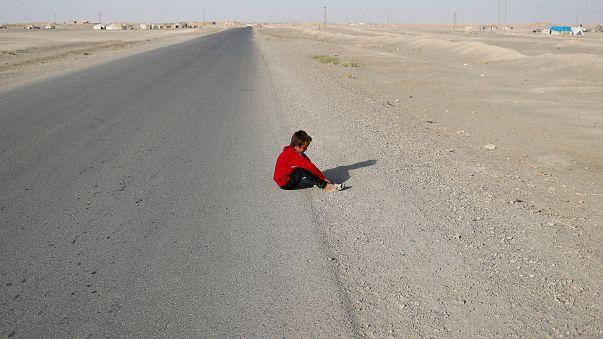 طفل شردته الحرب يجلس على قارعة الطريقة بقرية كرامة شرق الرقة