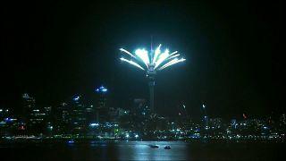 Auckland begrüßt 2018 mit Feuerwerk auf der Turmspitze