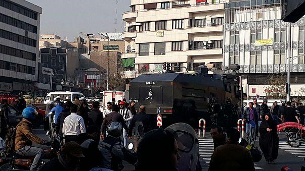 إيران تغلق موقعي التواصل تيليغرام وانستغرام وتتوعد المتظاهرين