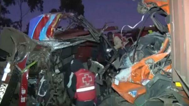 Πολύνεκρο δυστύχημα - Σύγκρουση λεωφορείου με φορτηγό