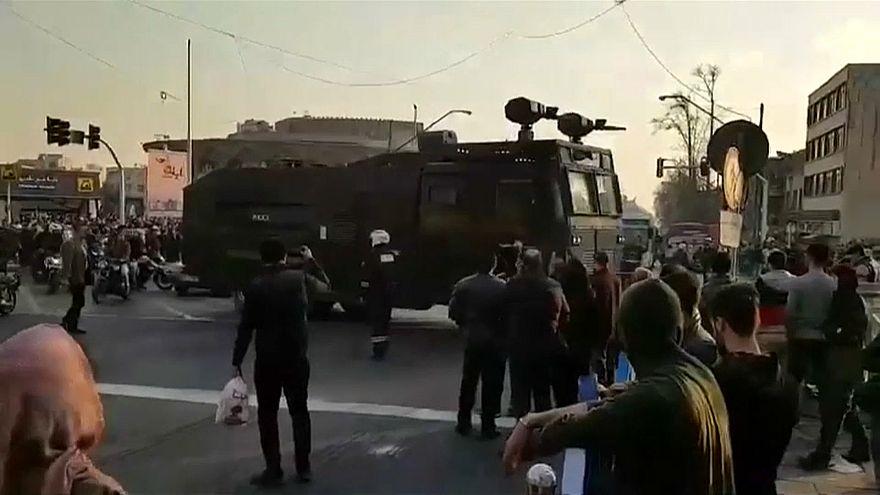 Иранцы выходят на улицы, несмотря на призыв президента