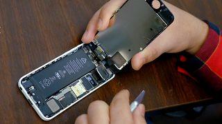 رجل يحاول إصلاح جهازه الايفون في نيويورك
