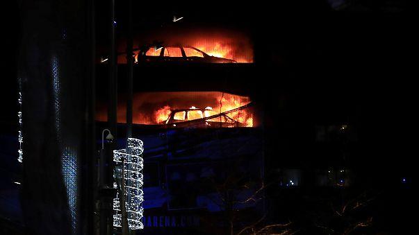 Centenas de carros ardem em Liverpool