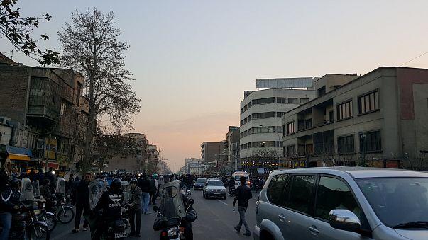 تقارير: مسلحون حاولوا الاستيلاء على مراكز شرطة وقواعد عسكرية في إيران