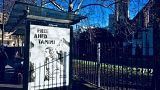 صورة الطفلة عهد التميمي على أحد مواقف الحافلات في العاصمة لندن