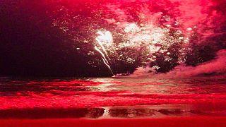 بالفيديو: إصابة شخصين وإجلاء الالاف جراء خطأ في إطلاق الألعاب النارية