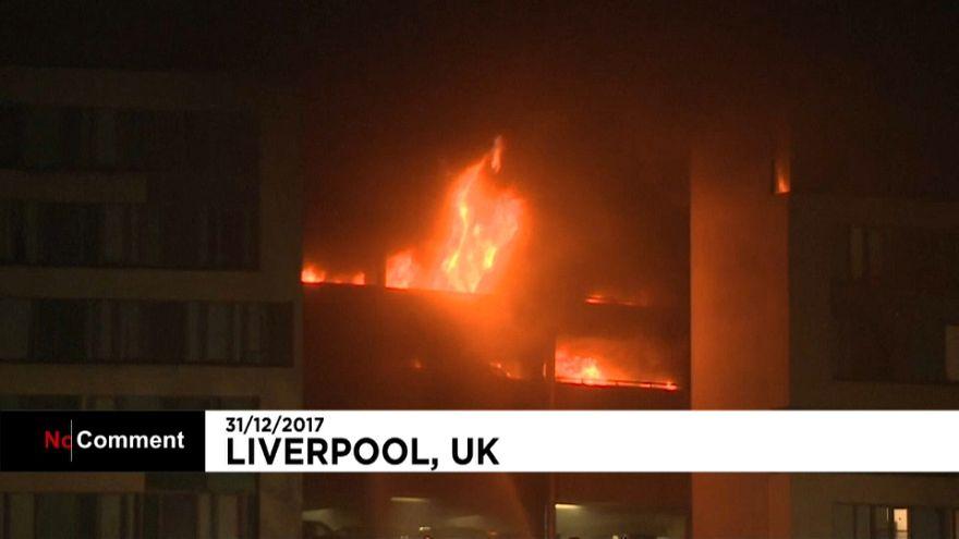 Incêndio num parque de automóveis em Liverpool