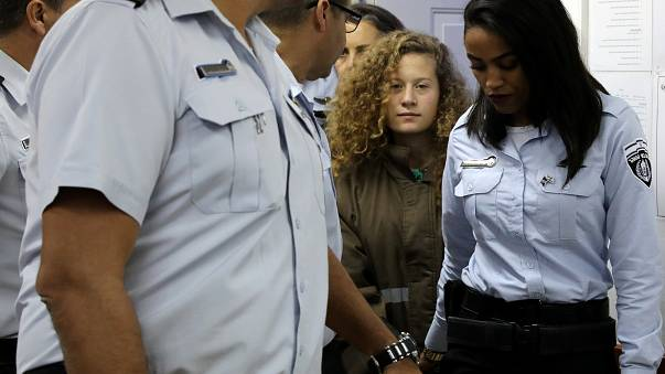 لائحة ب 12 تهمة في حق عهد التميمي وتمديد اعتقالها مع والدتها