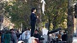 إيرانية تخلع حجابها احتجاجا على التقاليد وسط هتافات مناهضة للحكومة