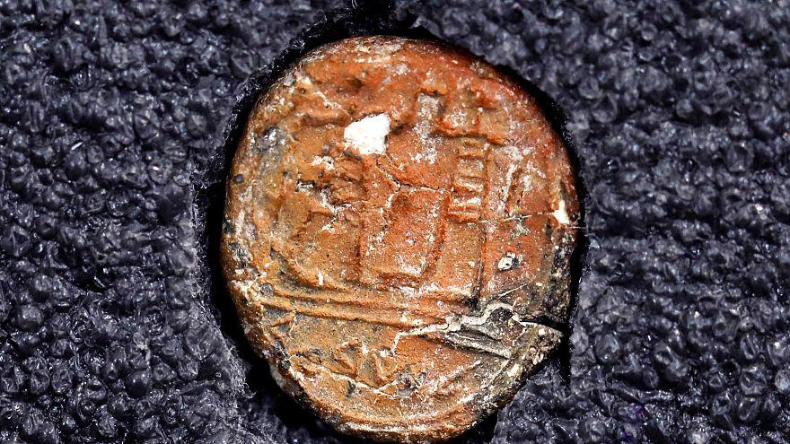 """العثور على قطعة فخار عليها أثر ختم """"حاكم القدس"""""""
