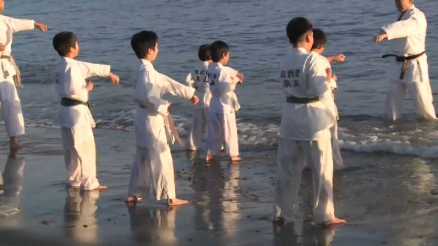 Yeni yıla okyanus suyunda karate yaprak girdiler