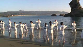 Πρωτοχρονιάτικο «Karate Kid» στα παγωμένα νερά του Ειρηνικού