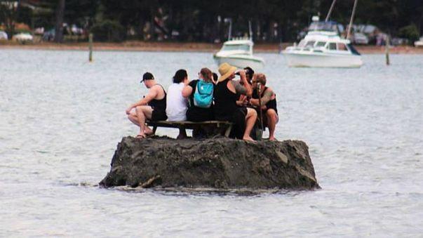 نيوزيلنديون يشيدون جزيرة في محاولة لتجنب حظر للكحول
