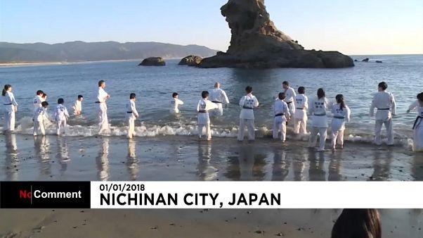 Crianças no Japão fizeram 1º treino do ano de Karaté no mar