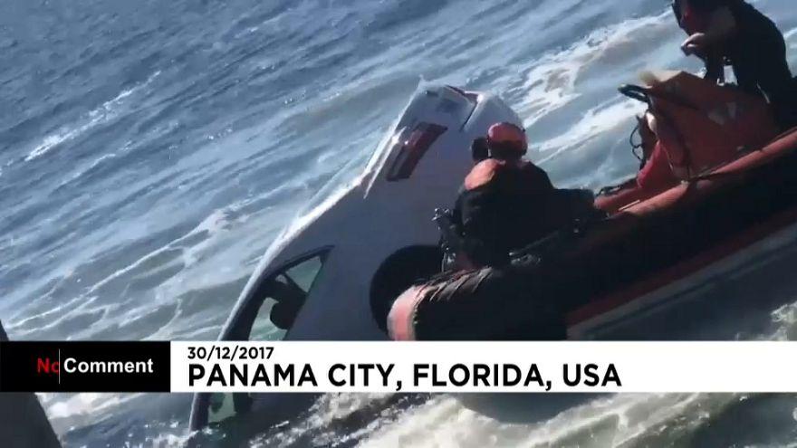 Salvan a un hombre que cayó con su coche al mar