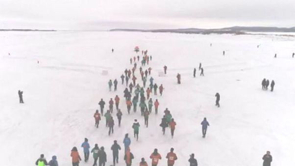 چین؛ سال نو میلادی همراه با ماراتن بر روی دریاچه یخ زده