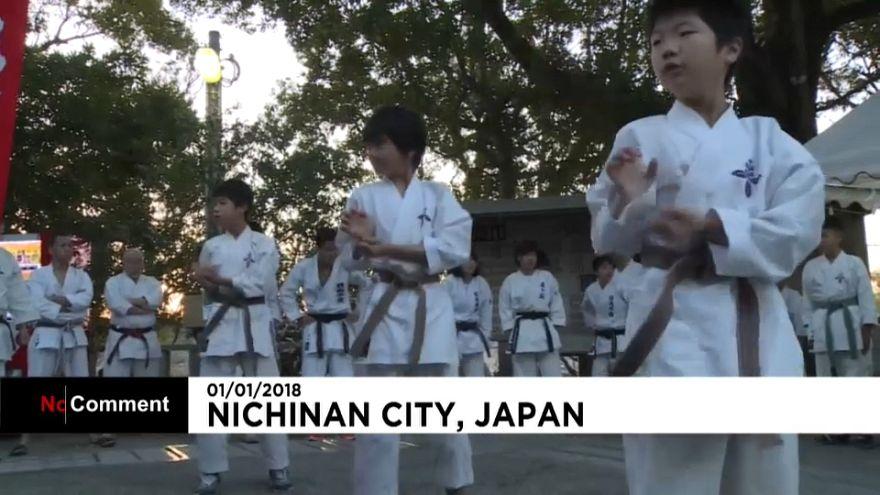 Karate a Capodanno: in Giappone i bambini si allenano nelle acque del Pacifico