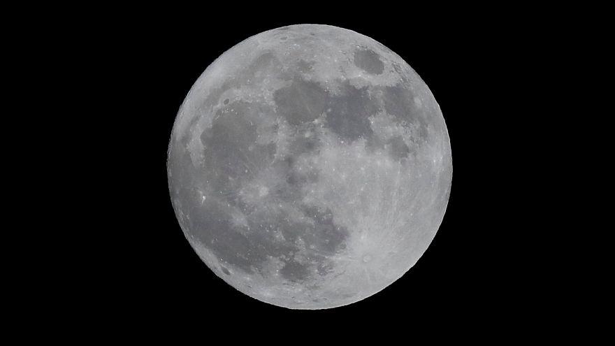 """""""قمر الذئب"""": لحظات جميلة لاكتمال القمر في أول أيام العام الجديد"""