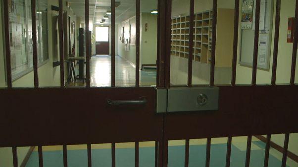 Prisons : bientôt des téléphones fixes dans les cellules en France