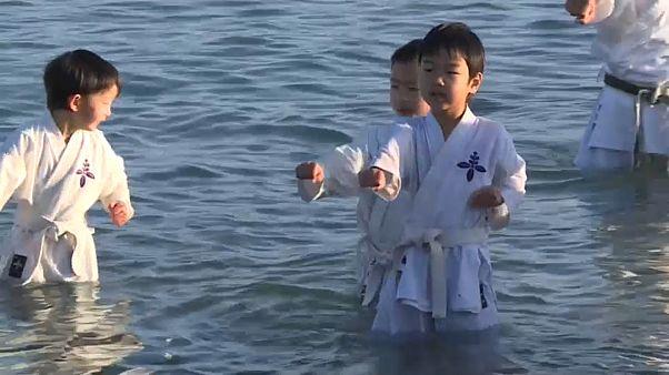 Karate-Kids trainieren im Meer