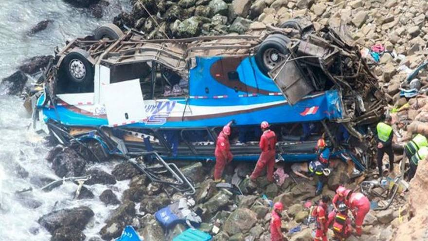 Dezenas de mortos em queda de autocarro em ravina no Peru