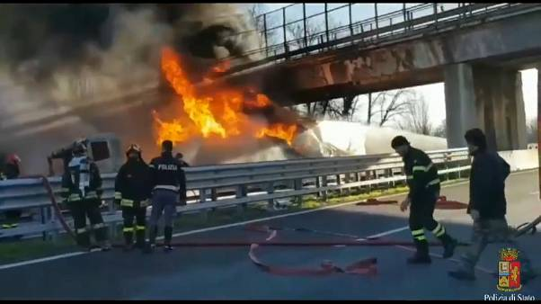 Autocisterna in fiamme sull'A21, sei morti a Brescia