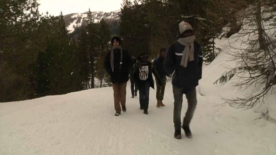 Afrikalı göçmenlerin Alp Dağları'ndaki tehlikeli yolculuğu sürüyor