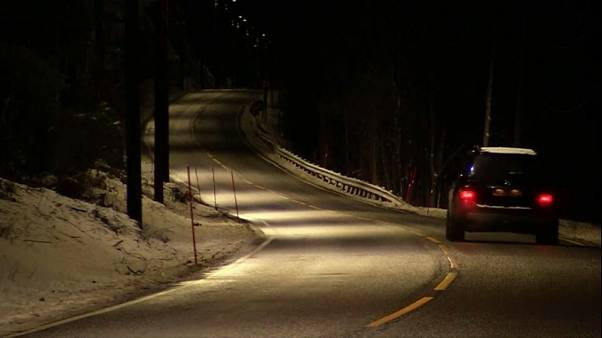 بالفيديو: أضواء للطريق تنير ذاتيا مع اقتراب السيارات في النرويج