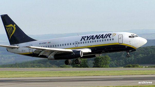 بالفيديو: مسافر يرتكب عملا جنونيا ويخرج من طائرة عبر جناحها