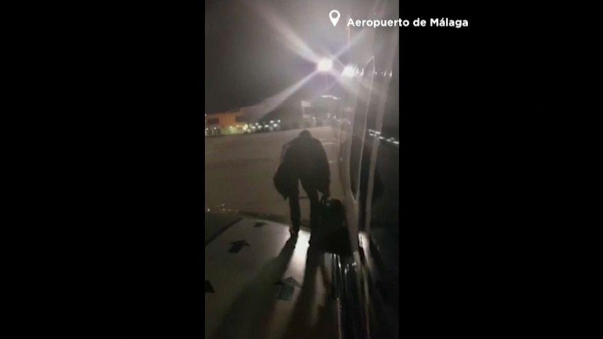 Un pasajero de Ryanair desembarca por la puerta de emergencia