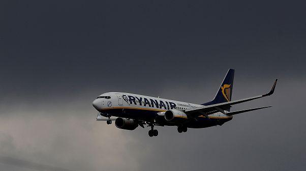 Ryanair-Passagier (57) steigt über den Flügel aus