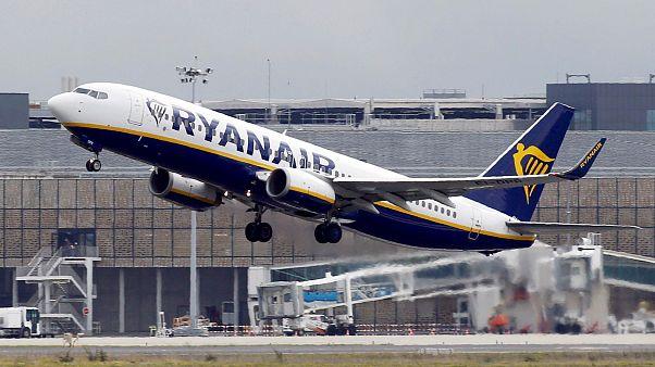 Επιβάτης της Ryanair βγήκε από την έξοδο κινδύνου επειδή καθυστερούσε η αποβίβαση - Βίντεο