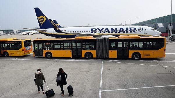 Ryanair: Άνοιξε την πόρτα και... βγήκε! (βίντεο)
