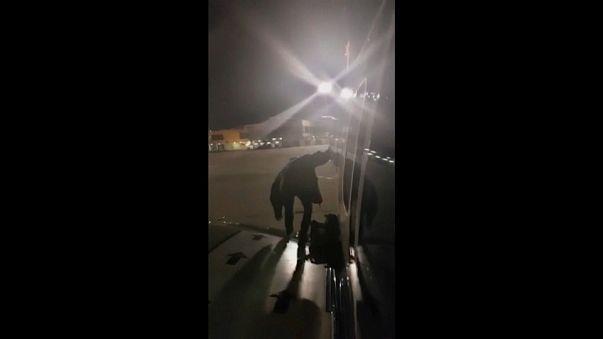 Un passager s'assoit sur l'aile d'un avion