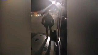 Passageiro irritado sai pela porta de emergência