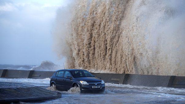 Tempestade Eleanor chega em força a França e Grã-Bretanha