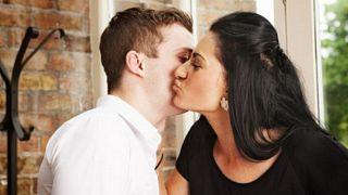 حملة في فرنسا لمنع تقبيل النساء