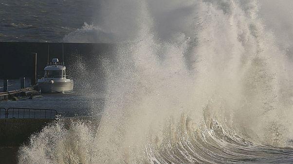 Η καταιγίδα Έλινορ «σαρώνει» την δυτική Ευρώπη
