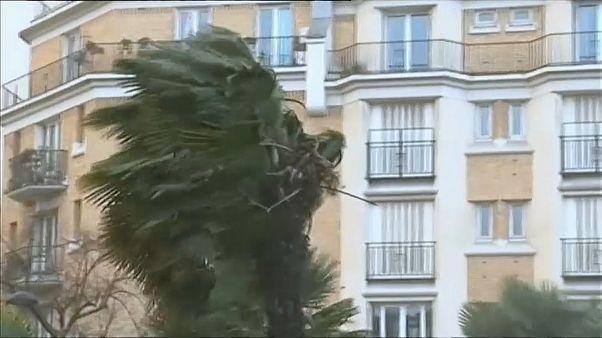 """""""إيلنور"""" عندما تعصف تقصف في فرنسا وأوروبا الغربية"""