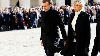 الرئيس الفرنسي ايمانويل ماكرون وزوجته بريجيت الى جانبه